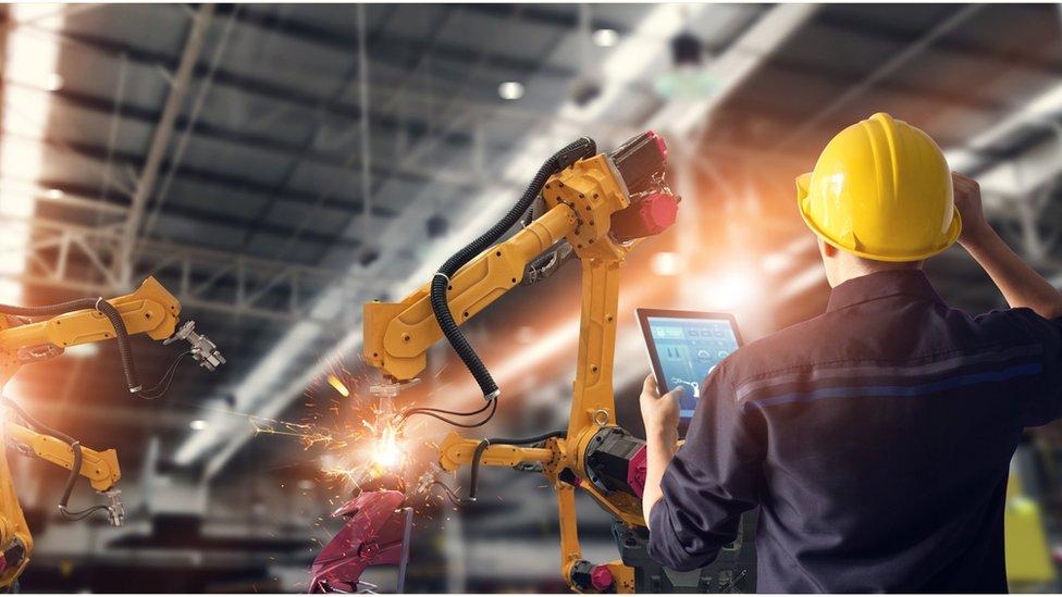 Čovek i robot u fabrici