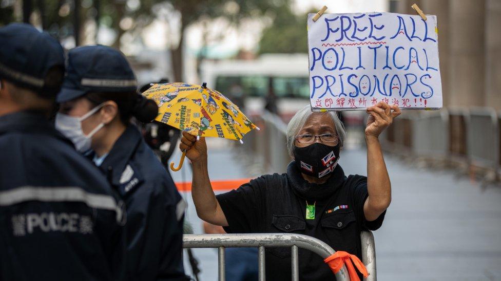 香港終審法院外民主活動人士「王婆婆」王鳳瑤舉起標語牌聲援黎智英(1/2/2021)
