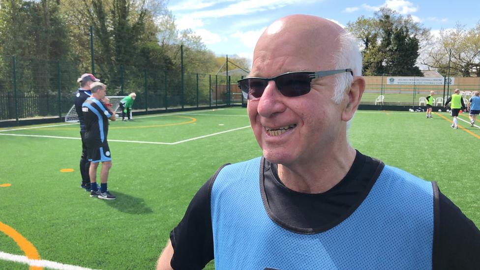 Tommy Charlton, de 72 años, representará por primera vez a su país en una cancha de fútbol.