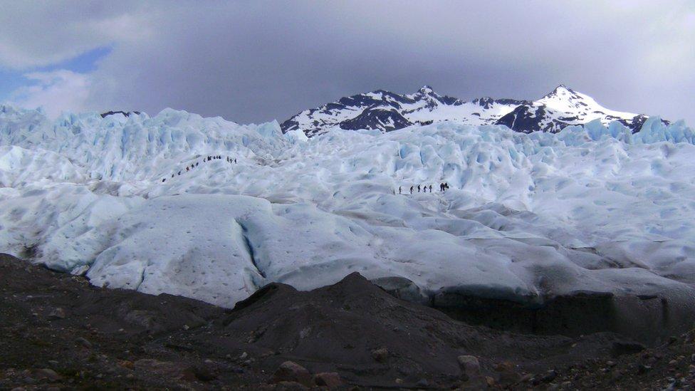 Personas caminando sobre el glaciar Perito Moreno. Noviembre de 2015