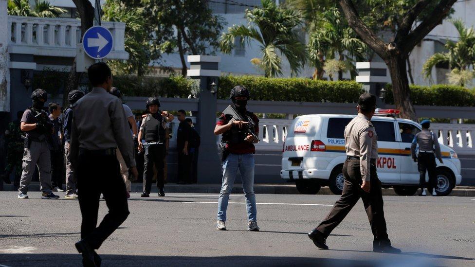 Policía afuera de la estación de policía atacada este lunes.