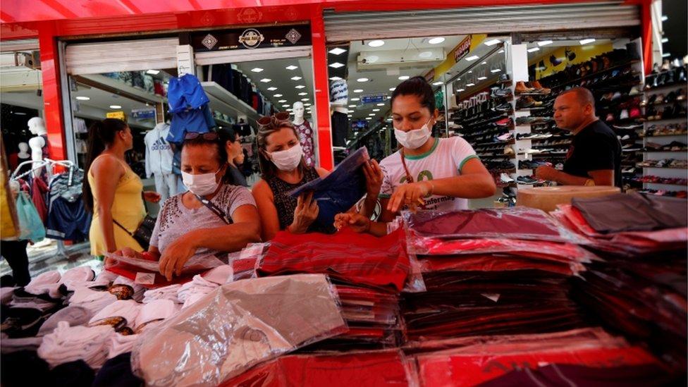 Mulheres fazendo compras na Ceilandia, em Brasília