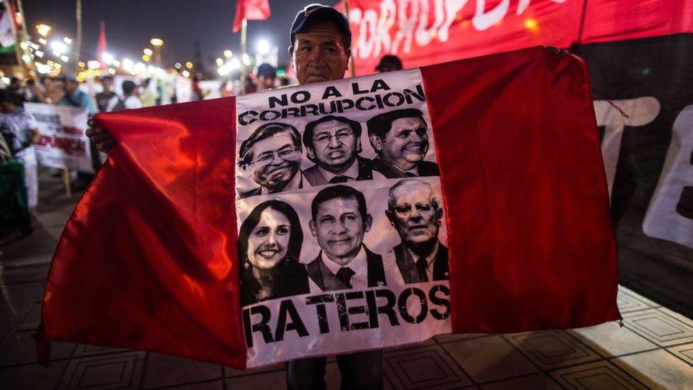 La política en Perú se ha visto sacudida por numerosos escándalos de corrupción.