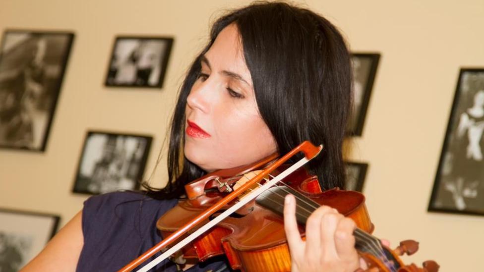 Jessica Hindman playing the violin