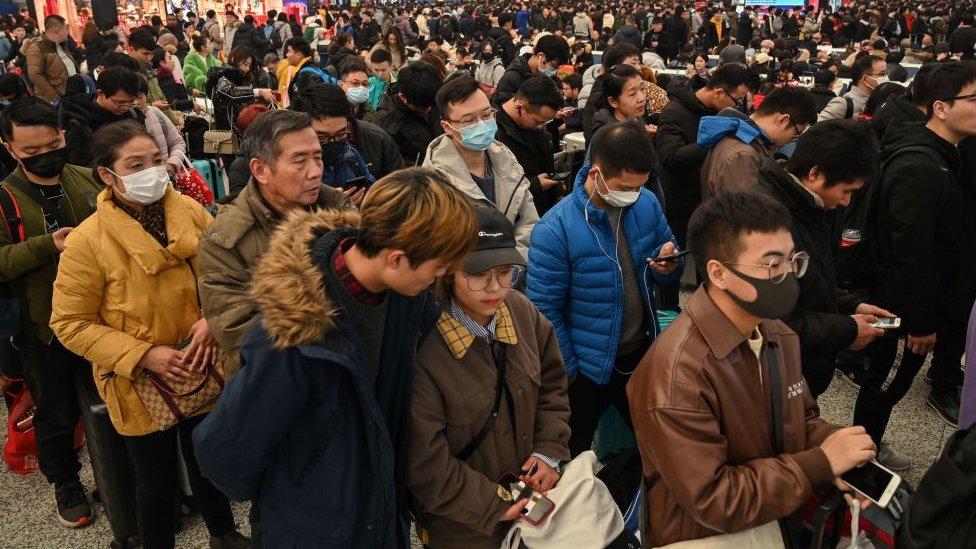 kinezi na stanici u šangaju januar 20, 2020