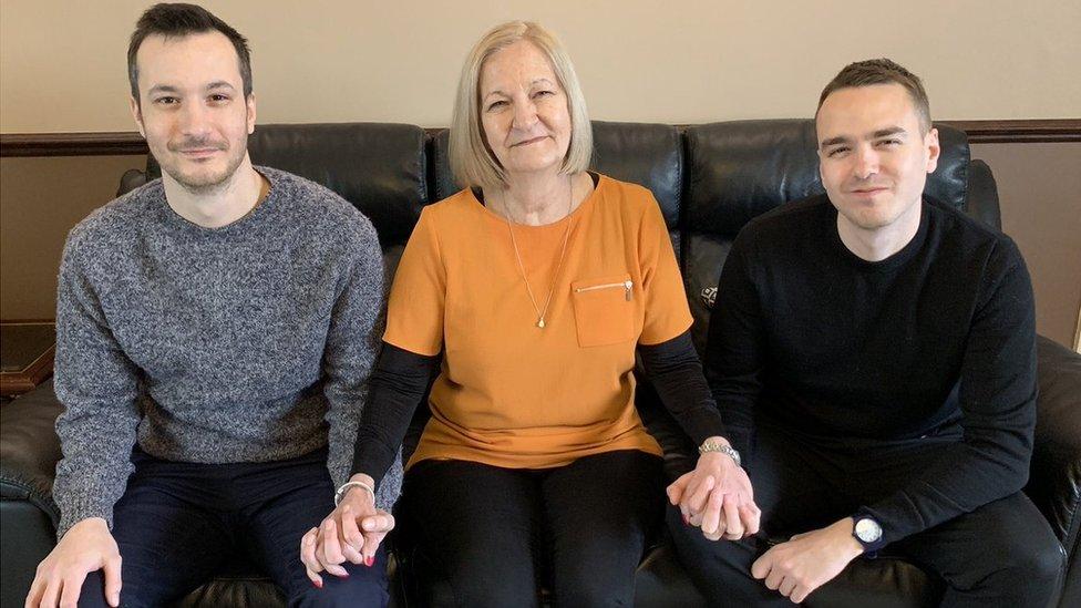 Sally Challen con sus hijos James (a la izquierda) y David (a la derecha)