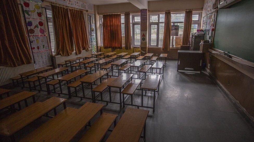 कश्मीरः स्कूल तो खुले पर बच्चे नहीं आए