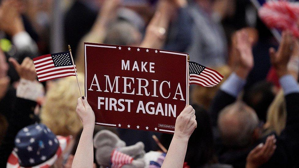 Un cartel de America First durante la campaña presidencial estadounidense de 2016.