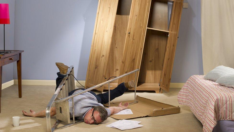 hombre se cae de escaleras en habitación