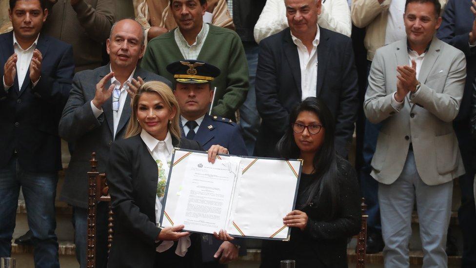 Jeanine Áñez presenta la ley que anula las elecciones del 20 de octubre en Bolivia y da inicio a un proceso para convocar nuevas elecciones