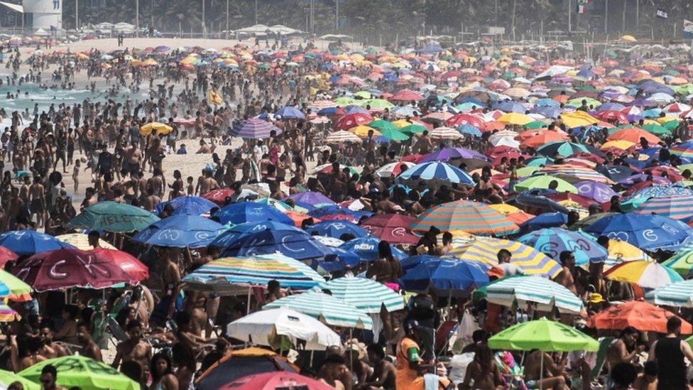 Praia lotada no Rio de Janeiro durante pandemia