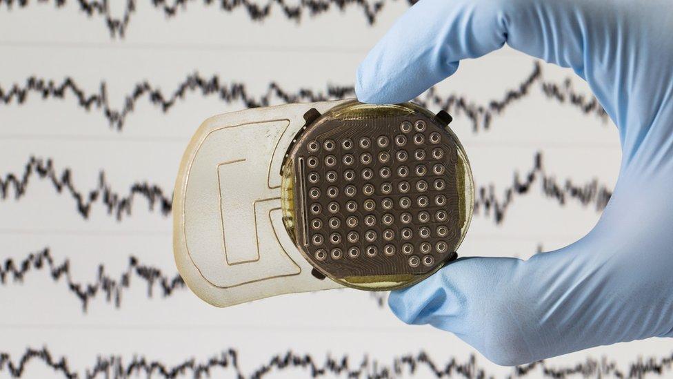 sensores leen la actividad cerebral.