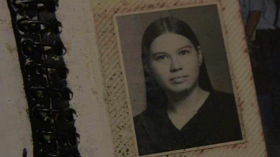 Una foto de Karla en un álbum