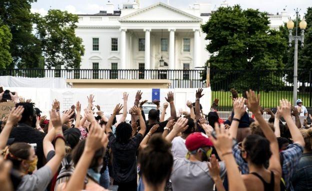 Pendemo berkumpul di depan Gedung Putih sambil meneriakkan yel-yel