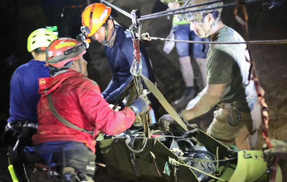 Los niños fueron trasladados en camillas durante el rescate.