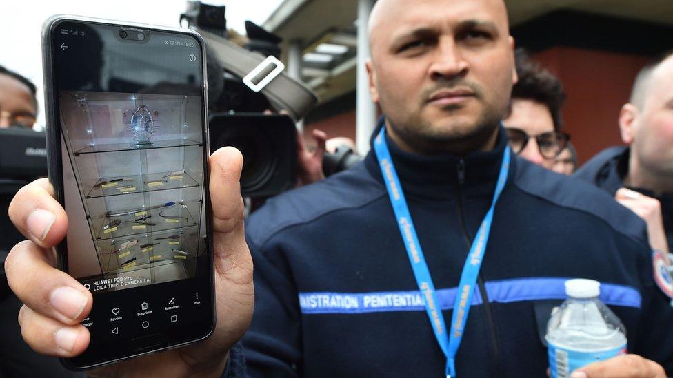 """أحد حراس السجن يُظهر مواد محظورة تم ضبطها في سجن آلنسون في """"كوندي سور سارث"""" بشمال فرنسا. 5 مارس/آذار 2019"""