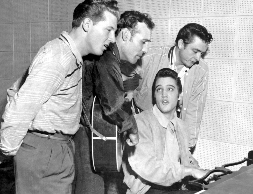 Džoni Keš (desno) sa Džerijem Lijem Luisom, Karlom Perkinsom i Elvisom Prislijem u studijima San 1956. godine