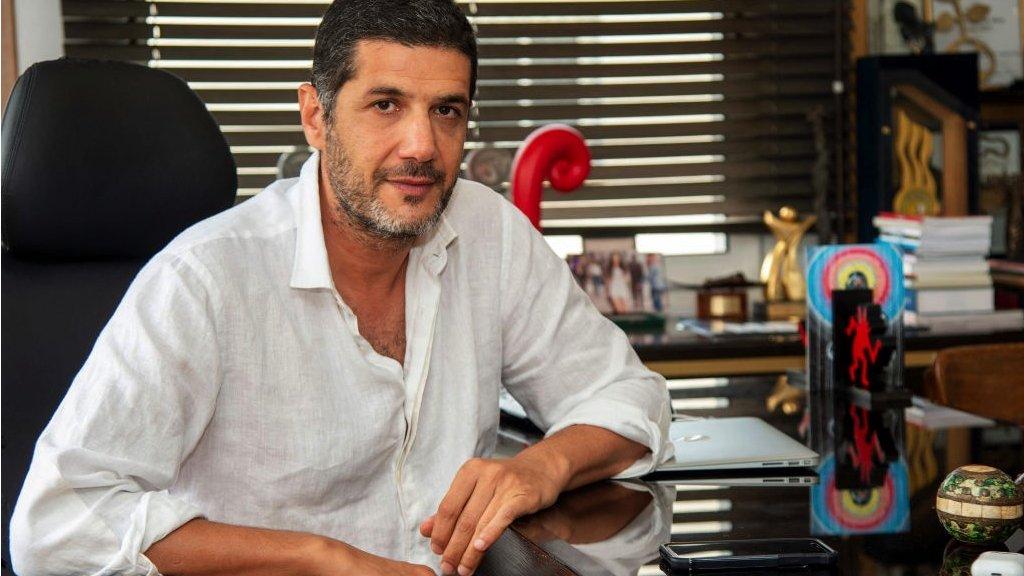 نبيل عيوش في مكتبه في الدار البيضاء
