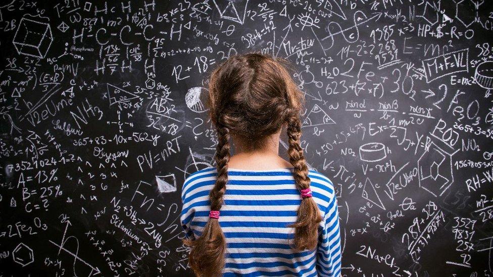 devojčica pred tablom