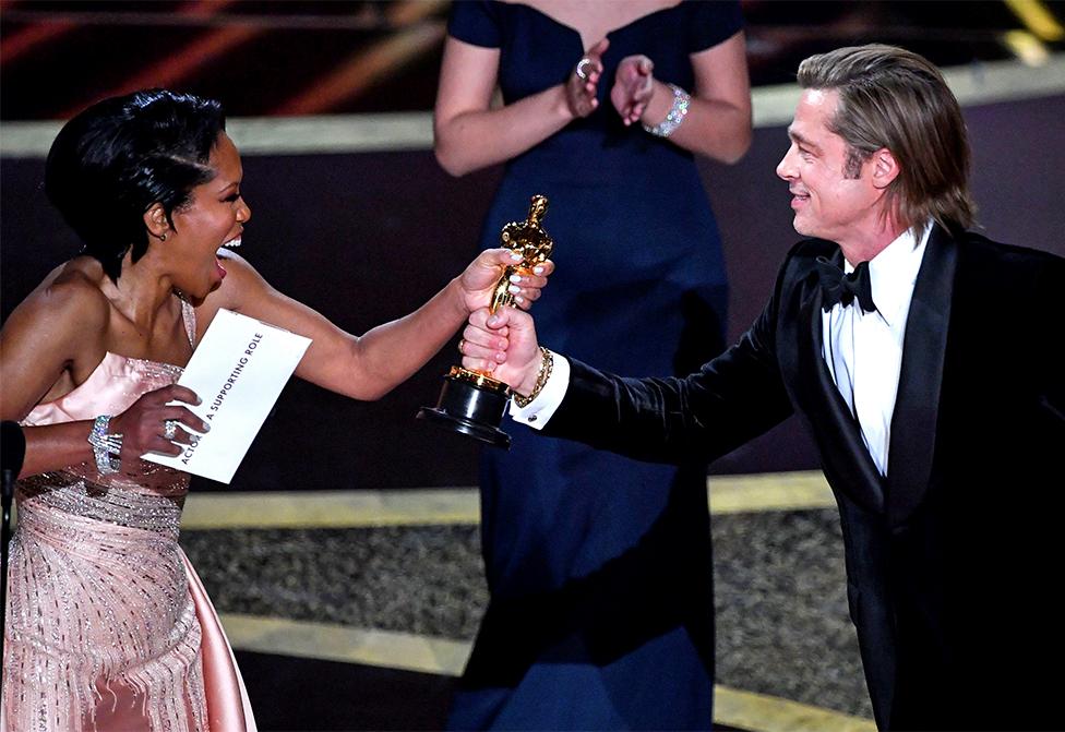 Regina King entrega el Oscar a Brad Pitt