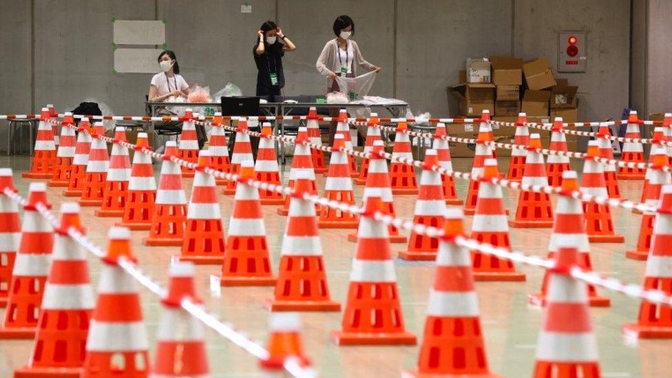Conos dispuestos para las líneas de prueba en un sitio olímpico