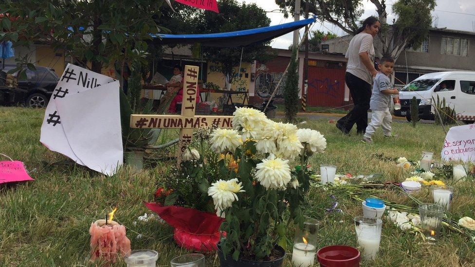Memorial improvisado en medio de una avenida en Ecatepec.