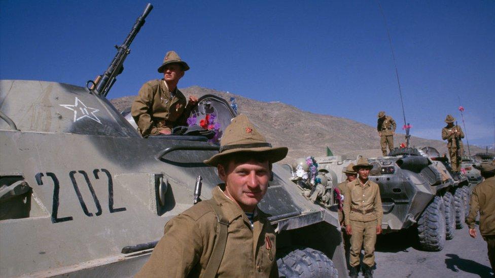 I soldati dell'esercito sovietico stanno in mezzi corazzati durante l'ultima cerimonia di ritiro delle truppe sovietiche, Kabul, Afghanistan, 15 maggio 1988
