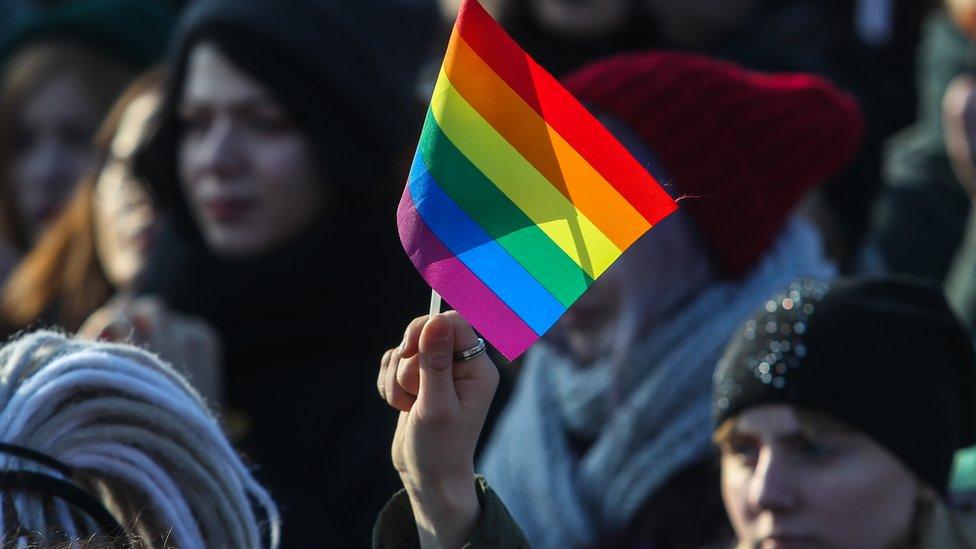 Почти половина россиян за равные права для ЛГБТ. Но большинство геев не любит