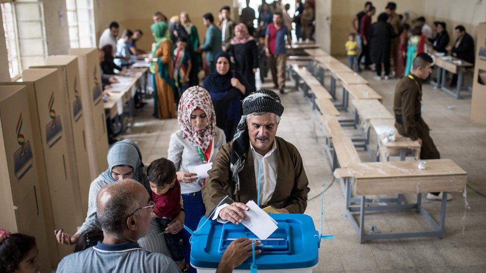 Kurdos votando en septiembre de 2017.
