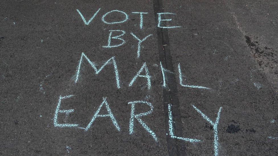Letrero en el suelo llamando al voto temprano