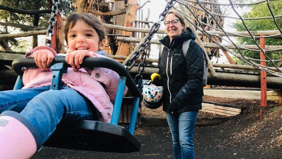 Leonor en un parque infantil con su madre.