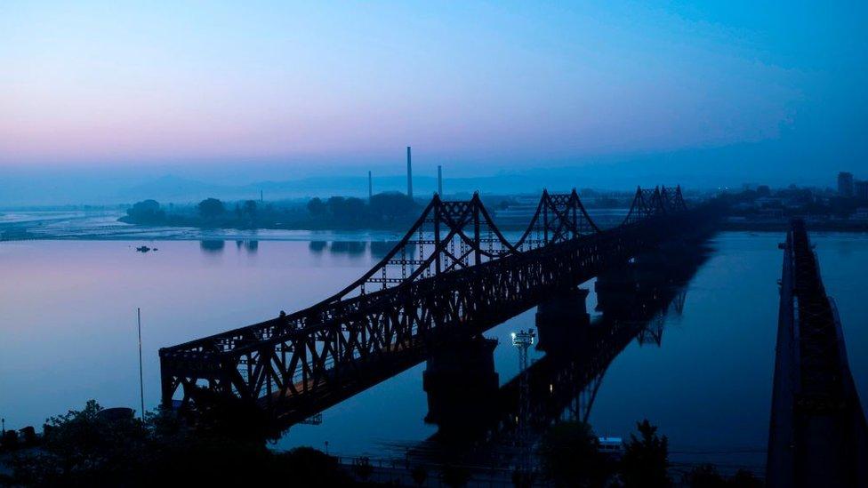 Vista del puente de la amistad, en la frontera entre Corea del Norte y China.