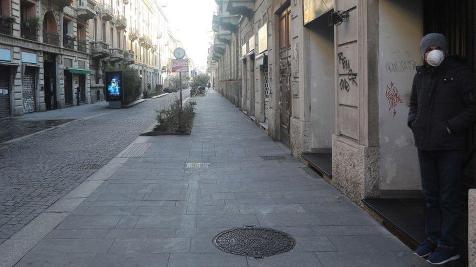 Las calles de algunas localidades italianas están prácticamente vacías.