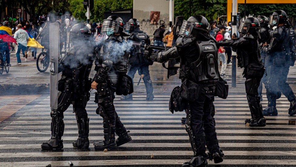 Agentes del ESMAD durante una protesta en Medellín el 18 de mayo de 2021