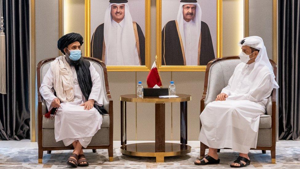 El viceministro de Relaciones Exteriores de Qatar, Mohammed bin Abdul Rahman Al Thani, reunido con el líder talibán, Abdul Ghani Baradar, en Doha.