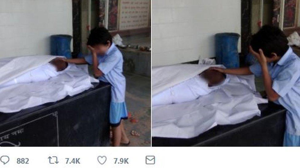 Niño llora junto a su padre muerto.