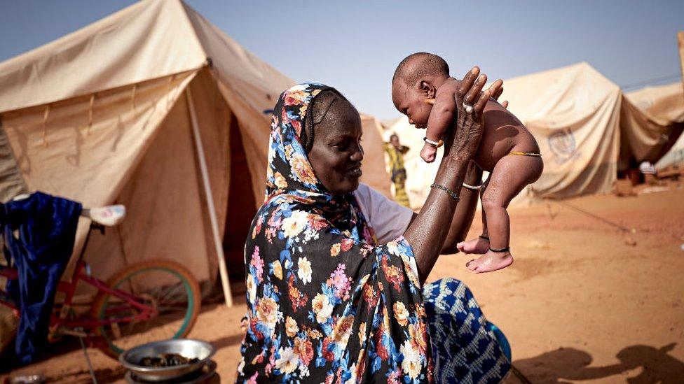 Una mujer juega con su niño en un campamento en Sévaré, Mali.
