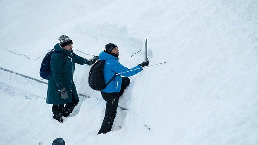 فريق تلفزيوني يبحث عن معداته التي طمرتها الثلوج