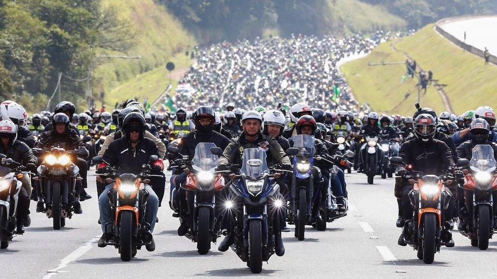 Bolsonaro (centro) liderando un enorme grupo de seguidores en motocicleta en junio 2021 en Sao Paulo, Brasil, 12 de junio 2021