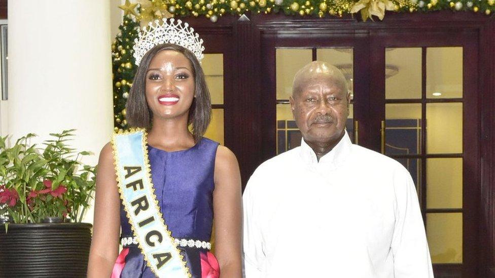الرئيس الأوغندي وملكة جمال أفريقيا
