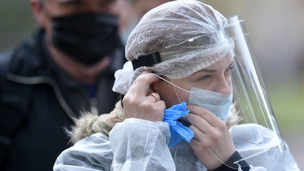 В маске - значит, оппозиционер. Что происходит с коронавирусом в Беларуси?