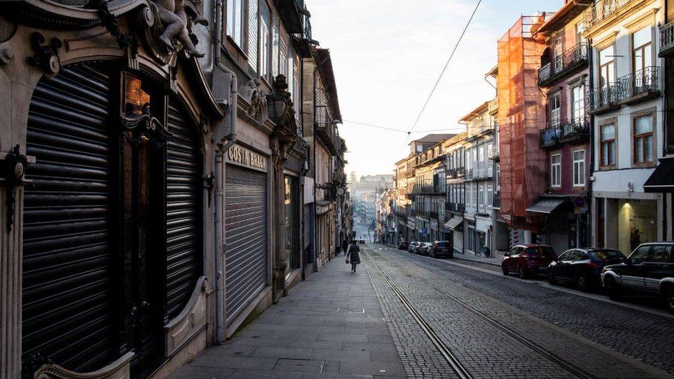 Calle vacía en Porto durante el confinamiento.