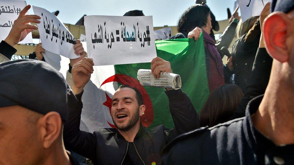 مظاهرة للصحفيين في العاصمة الجزائرية في فبراير 2019 احتجاجا على ما قالوا إنه ضغط من السلطات لمنعهم من تغطية المظاهرات المناهضة للحكومة