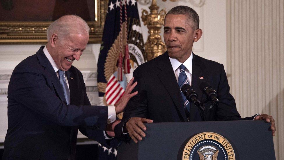 拜登(左)與奧巴馬(右)在奧巴馬最後一次頒授總統自由獎章儀式上(12/1/2017)