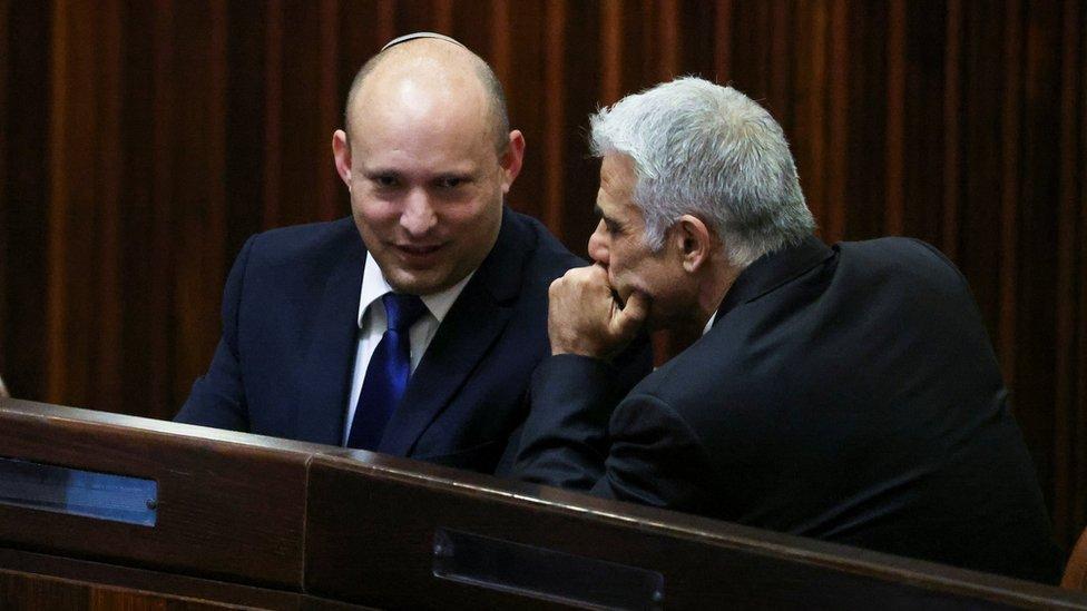 نفتالي بينيت (يسار) ويائير لابيد (يمين) اتفقا على التناوب على رئاسة الوزراء بينهما