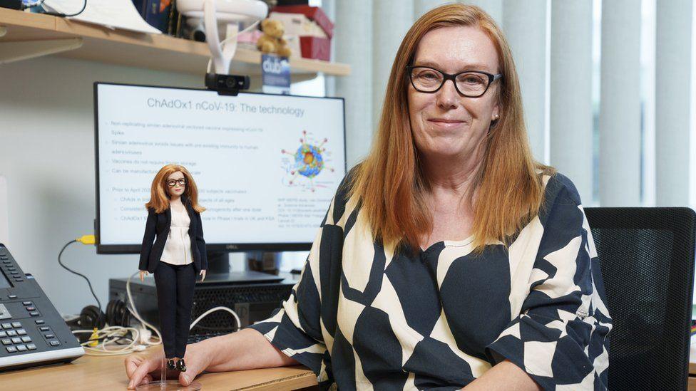Sarah Gilbert con su muñeca Barbie