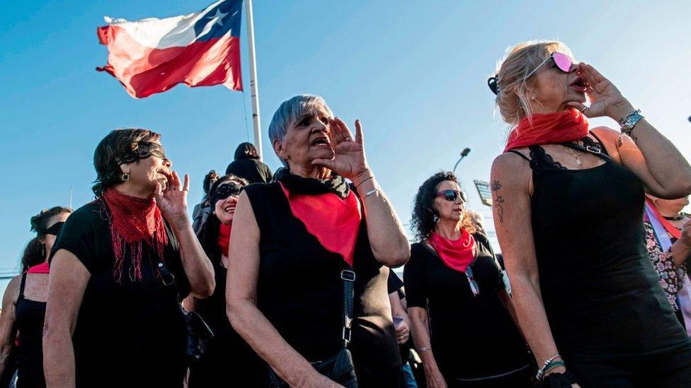 Mujeres protestando con la coreografía
