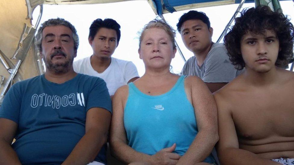 Marcelo Escalante junto a su señora, su hijo de 21 años y dos jóvenes guatemaltecos que iban a trabajar con él en su emprendimiento turístico en Chile.