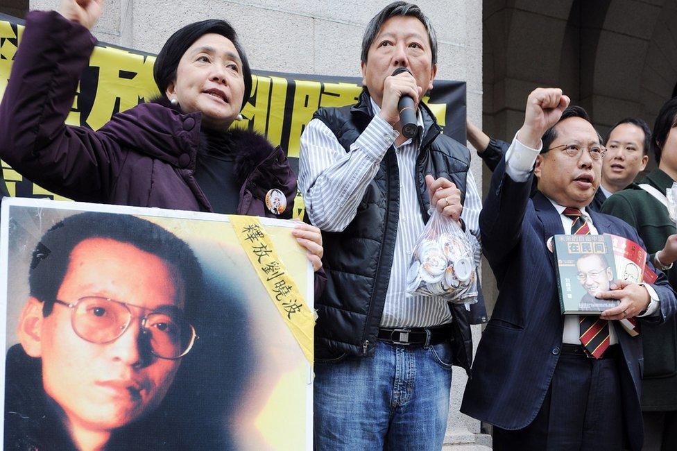 (從左至右)劉慧卿、李卓人與何俊仁在香港立法會舊大樓外集會要求中國釋放劉曉波(8/12/2010)