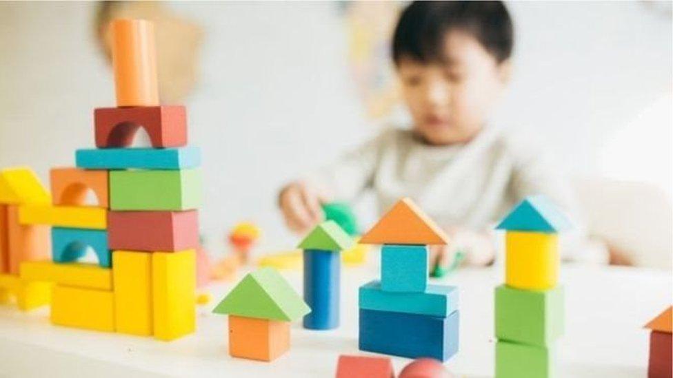 يؤثر التوحد على السلوك والتفاعل الاجتماعي بشكل خاص، إلا أنه يصعب تشخيصه قبل سن الثانية، وغالباً ما يتأخر التشخيص إلى سنوات عديدة.